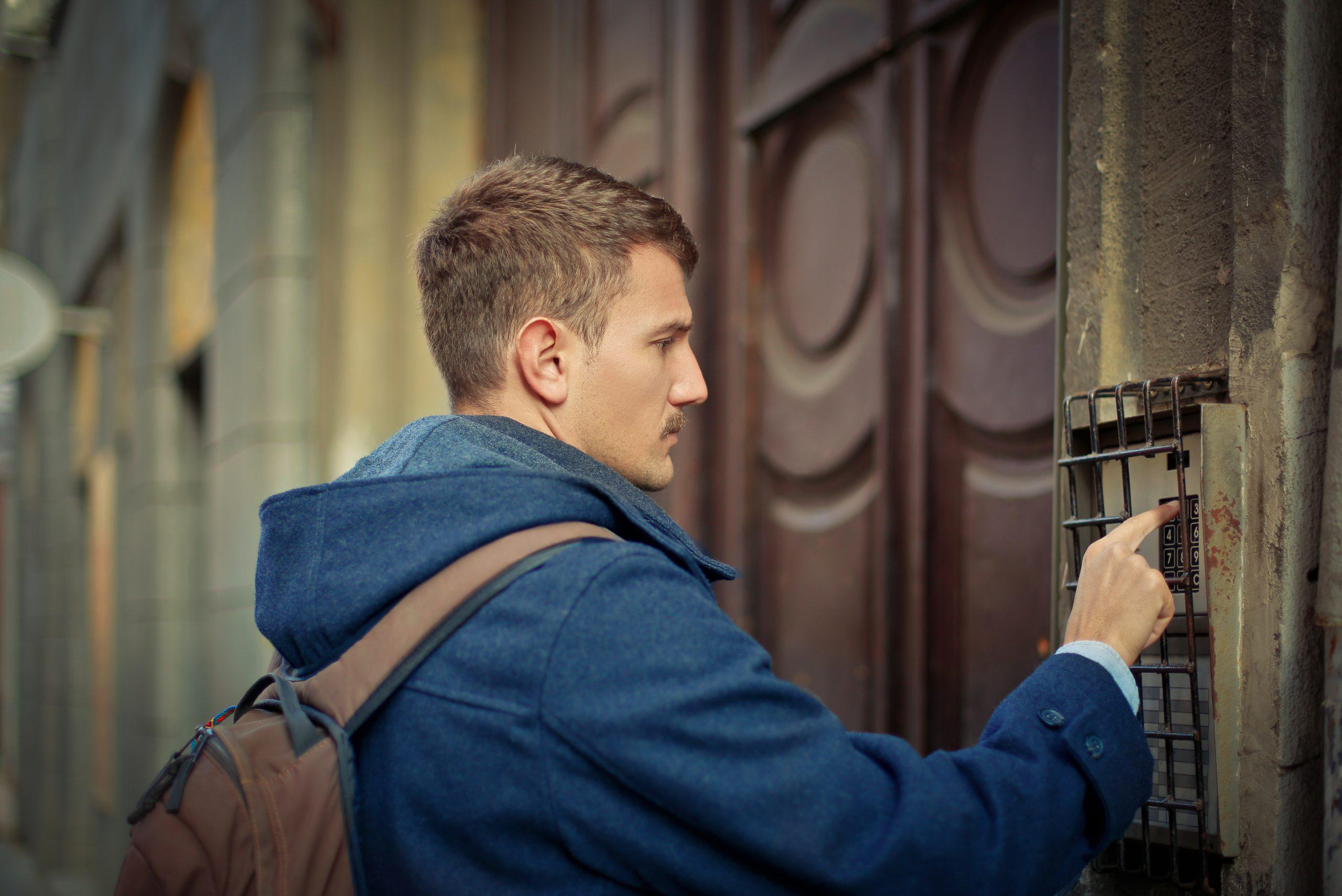homme qui sonne à une porte
