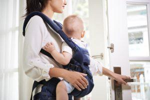femme ouvre porte avec bébé